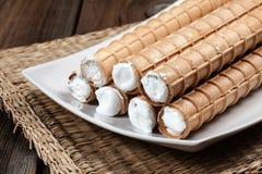 有打好的奶油的甜管 免版税图库摄影