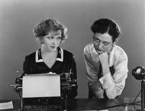 有打字机的两名妇女(所有人被描述不更长生存,并且庄园不存在 供应商保单那里将b 免版税库存图片