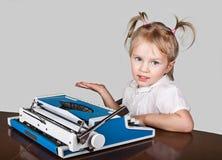有打字机的小女孩 免版税图库摄影