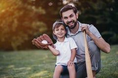 有打棒球的儿子的爸爸 免版税图库摄影