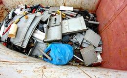 有打破的塑料零件的容器和损坏了塑料材料 库存图片