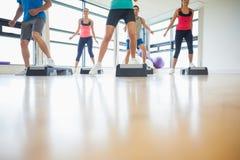有执行步有氧运动锻炼的健身类的辅导员 免版税库存图片