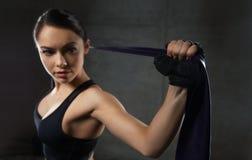 有扩展器的妇女行使在健身房的 库存图片