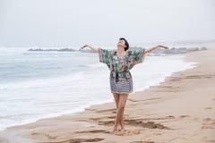 有扩张的胳膊的愉快的成熟妇女享受假期的 免版税库存图片