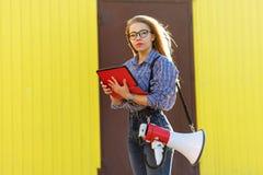 有扩音器和片剂个人计算机的女孩 图库摄影