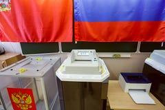 有扫描器的电子投票箱在用于2018年3月18日的俄国总统选举的投票站 市巴拉希 库存图片