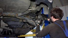 有扳手工具的汽车修理师加强制动系统 影视素材