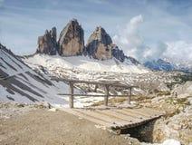 有扶手栏杆的桥梁在Tre Cime di Lavaredo附近的普遍的艰苦跋涉 免版税库存照片