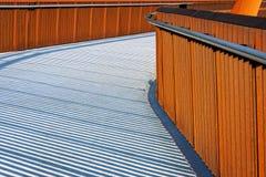 有扶手栏杆的步行桥 免版税库存照片