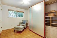 有扶手椅子的明亮的小室和脚休息 库存照片