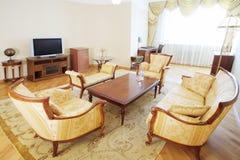 有扶手椅子的豪华客厅,沙发,木桌 图库摄影
