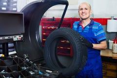 有技工的人在平衡控制机械的车轮 免版税库存照片