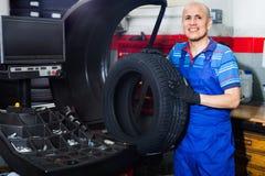 有技工的人在平衡控制机械的车轮 免版税图库摄影
