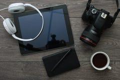 有技术设备片剂、照相机和耳机的办公桌 库存图片