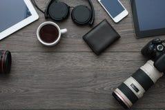 有技术设备片剂、照相机和耳机的办公桌 库存照片