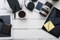 有技术设备片剂、照相机和耳机的办公桌 免版税库存照片