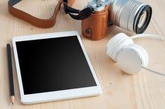 有技术设备片剂、照相机和earphon的办公桌 库存照片