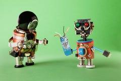 有技术辅助部件的滑稽的玩具机器人 杂物工螺丝刀和技术员递电路微芯片的工作者字符 图库摄影