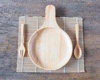 有把柄和匙子的木板材有在桌上的叉子的 图库摄影