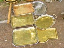 有把柄的老装饰的黄铜盘子 免版税图库摄影