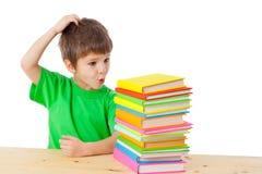 有抓他的题头的书的男孩 免版税库存图片