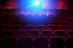 有投射光的空的电影院 免版税库存照片