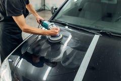 有抛光机的男性收养清洗汽车 库存照片
