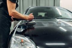有抛光机的男性收养清洗汽车 库存图片