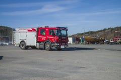抢救中心警告,并且消防车到达,照片14 免版税库存照片
