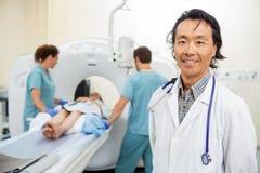有护士的放射学家患者为CT做准备 免版税图库摄影