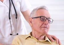 有护士的老人 免版税库存照片