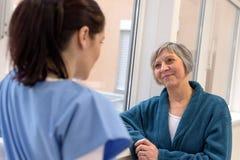 有护士的资深患者 库存图片