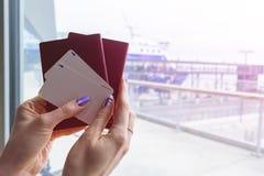 有护照和登舱牌票的美好的妇女手特写镜头在机场终端 旅行和假日概念 Termi 库存照片