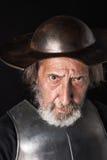 有护胸甲和盔甲的老有胡子的人 免版税库存照片