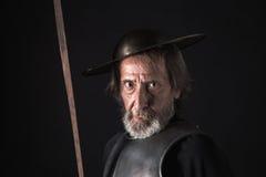 有护胸甲和盔甲的老有胡子的战士 免版税图库摄影