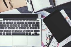 有报告和技术的桌面 免版税库存图片