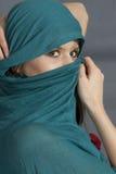 有披肩的妇女在面孔 免版税库存照片