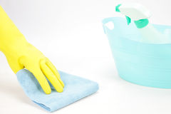 有抹与布料的橡胶手套的手 免版税图库摄影