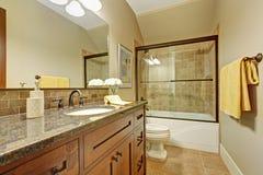 有抽屉和花岗岩上面的卫生间镜箱 免版税图库摄影