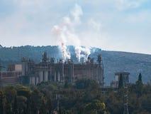 有抽烟的烟囱的工厂 免版税图库摄影
