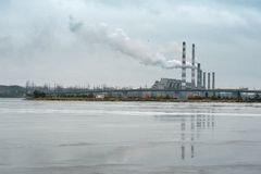 有抽烟的烟囱的02工厂 免版税图库摄影