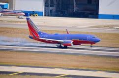 有抽烟的轮子的喷气机班机在着陆期间 图库摄影