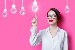 有抽象灯的困惑的女实业家 库存图片