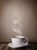 有抽象白色蒸汽的咖啡杯 图库摄影