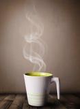 有抽象白色蒸汽的咖啡杯 免版税库存照片