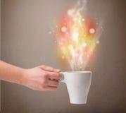 有抽象蒸汽和五颜六色的光的咖啡杯 库存图片