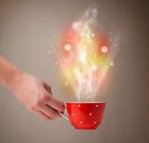 有抽象蒸汽和五颜六色的光的咖啡杯 图库摄影
