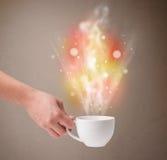 有抽象蒸汽和五颜六色的光的咖啡杯 免版税库存照片