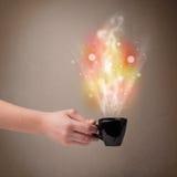 有抽象蒸汽和五颜六色的光的咖啡杯 免版税图库摄影