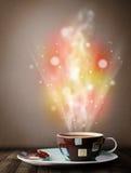 有抽象蒸汽和五颜六色的光的咖啡杯 库存照片
